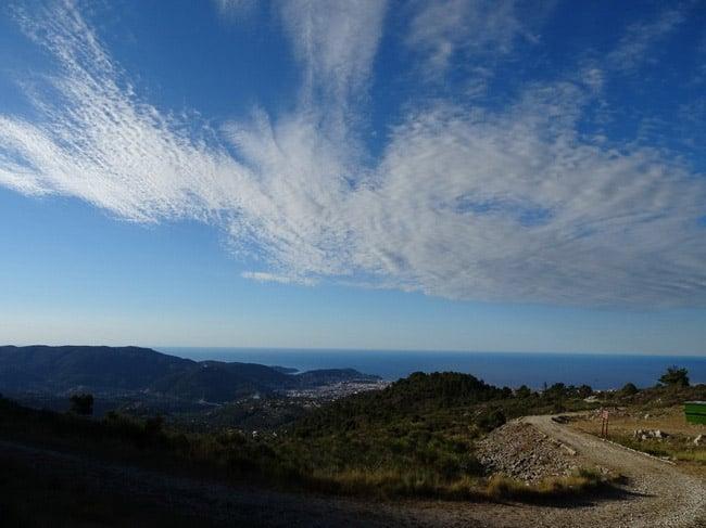 Ciel et nuages sur la mer à l'arrivée sur Nice. © André Weill