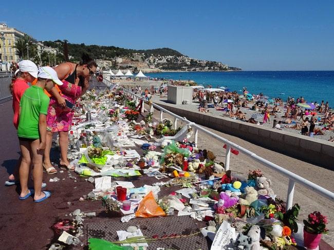 Hommages sur la Promenade des Anglais à Nice. © André Weill