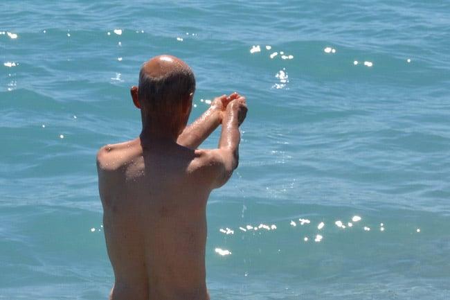 Offrande à la mer en hommage sur la Promenade des Anglais à Nice. © André Weill