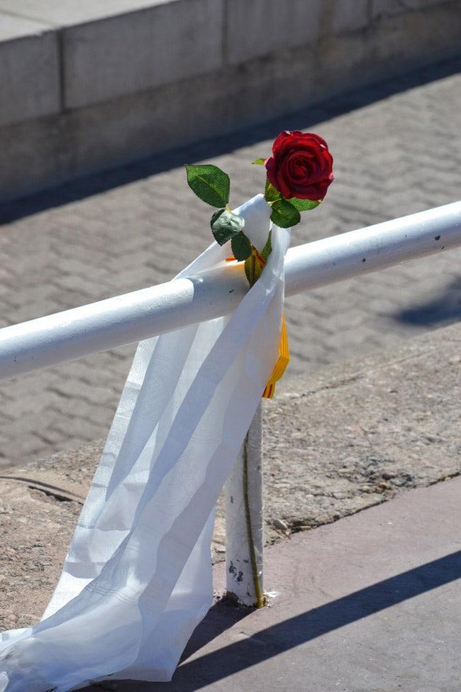 Rose et écharpe blanche en hommage sur la Promenade des Anglais à Nice. © André Weill