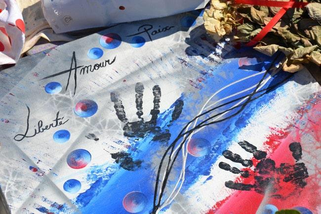 Hommages sur la Promenade des Anglais à Nice : Liberté, Amour, Paix. © André Weill