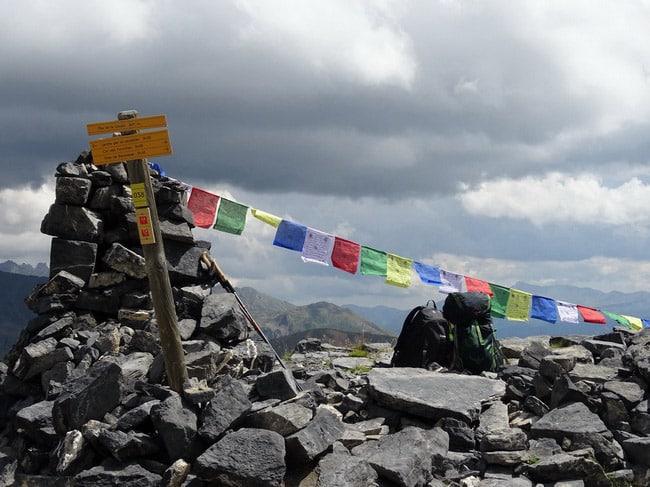 Larche, Pas de la cavale avec des prières tibétaines au vent. © André Weill