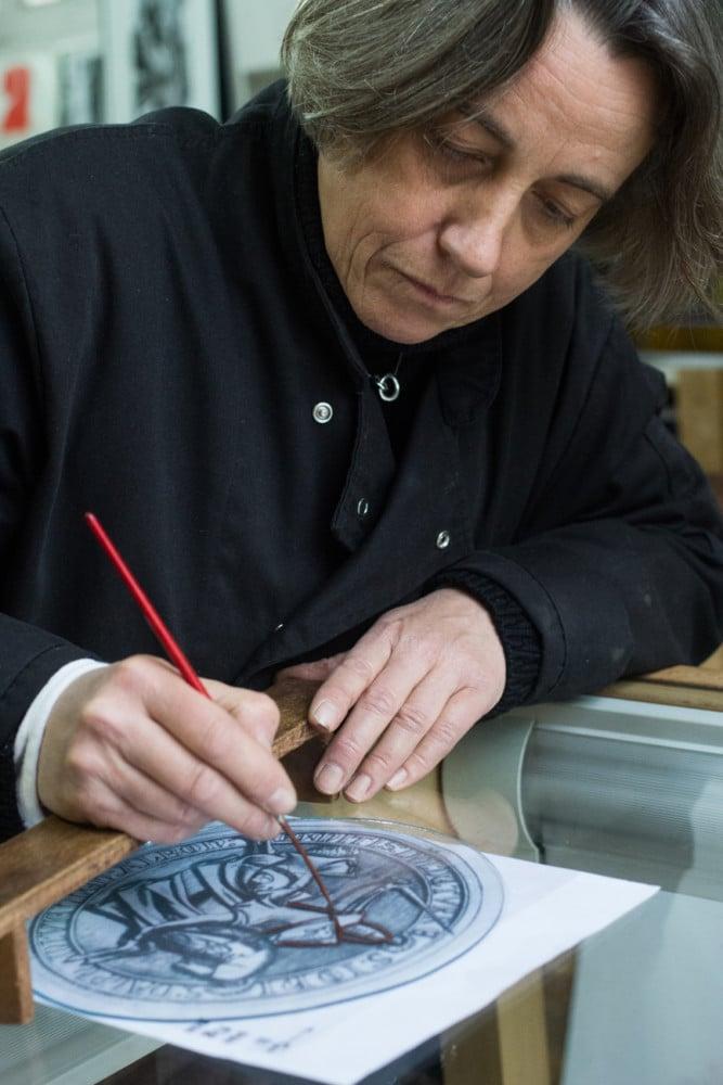 Anne Brugirard, maître-verrier dans l'Atelier Montfollet. © Yuliya Ruzhechka - Place Gre'Net