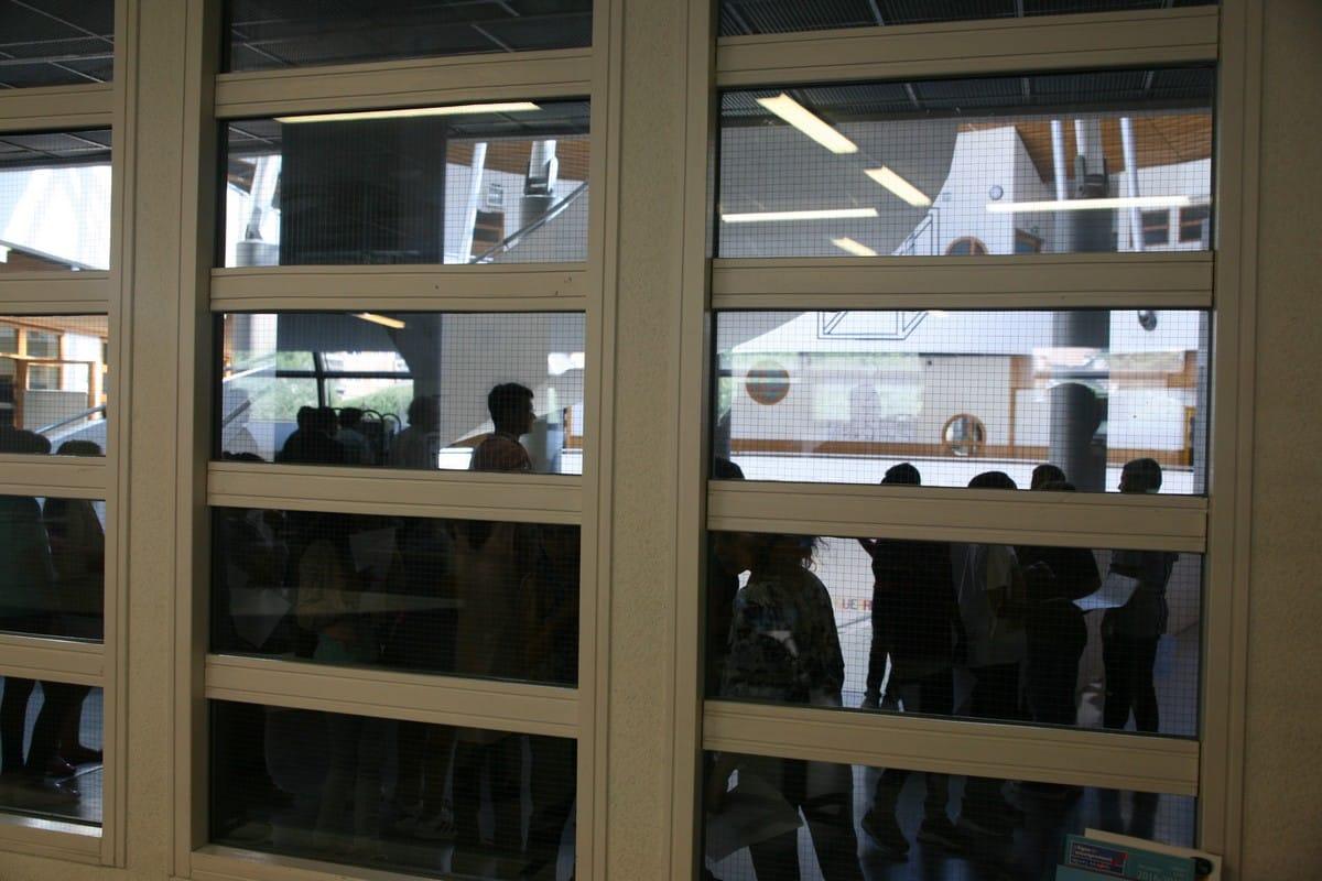 Pendant que le CDI accueille responsables politiques et journalistes, les élèves de 6ème découvrent leur collège en ce premier jour de rentrée des classes. © Florent Mathieu - Place Gre'net