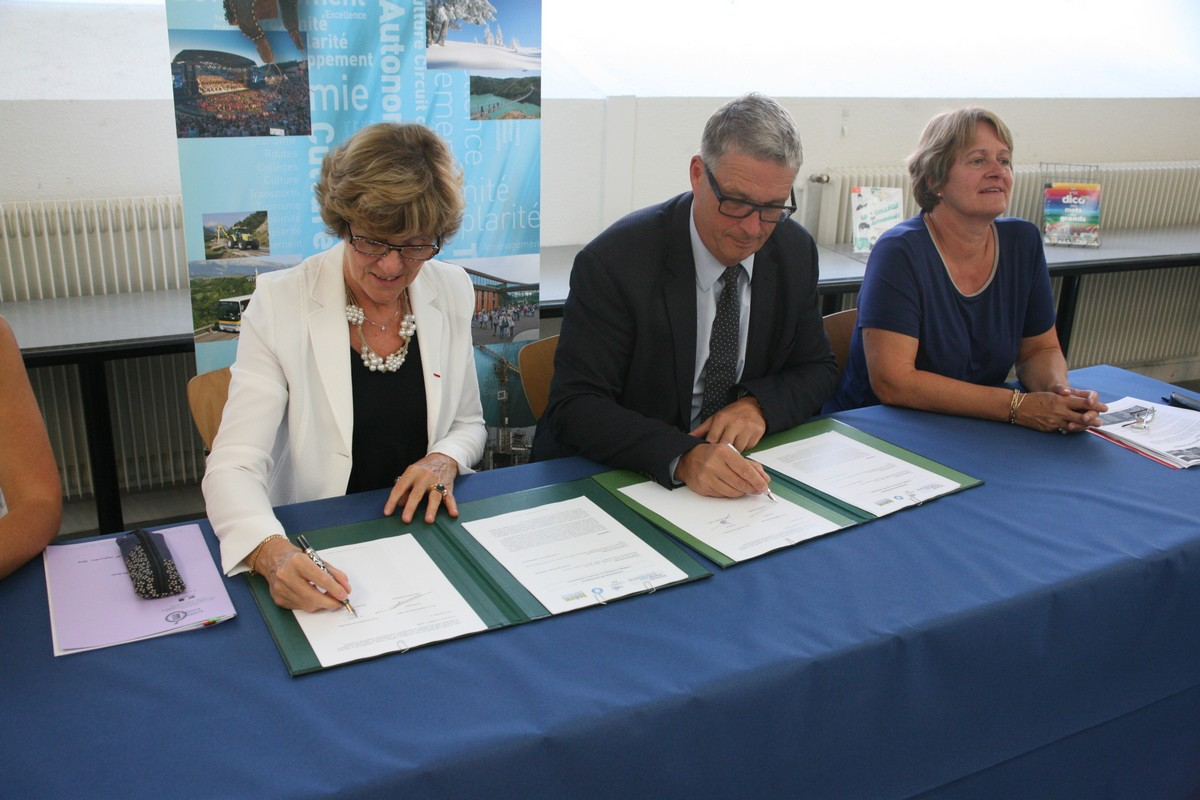 La rectrice de l'Académie de Grenoble et le président du Conseil Départemental de l'Isère signe le partenariat voué au numérique. © Florent Mathieu - Place Gre'net