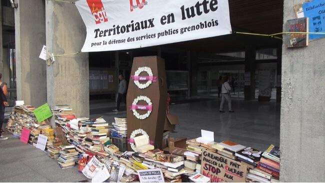 Le mur de livres édifié par les bibliothécaires. © Joël Kermabon - Place Gre'net