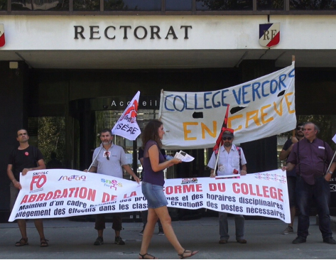 Les manifestants devant le rectorat de l'académie de Grenoble. © Joël Kermabon - Place Gre'net