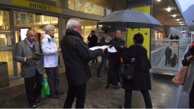Distribution de tracts par des militants PCF et Front de gauche devant la gare de Grenoble. © Joël Kermabon - Place Gre'net
