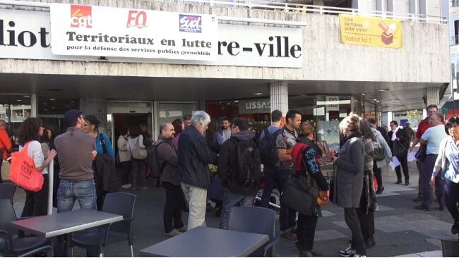 Rassemblement des bibliothécaires devant la bibliothèque Centre-ville. © Joël Kermabon - Place Gre'net