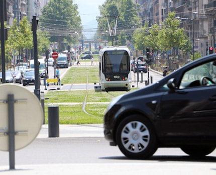 Vingt ans que Grenoble naviguait à vue, sans plan de déplacements urbains. Sur les rails, le PDU mise sur le multimodal. Mais pêche sur le financement.