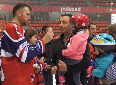 Rencontre d'un hockeyeur avec des supporters. © Joël Kermabon - Place Gre'net