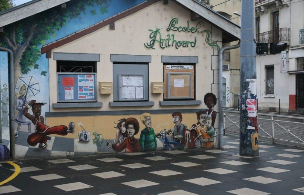 Fresque à l'entrée de l'école élémentaire Anthoard où des élèves ont chanté la chanson musulmane Bismillah dans le cadre des activités périscolaires. © Florent Mathieu - Place Gre'net
