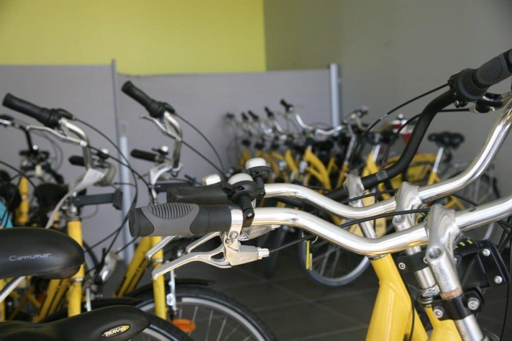 Dans les locaux de Métrovélo, les fameux cycles jaunes attendent les automobilistes repentis. © Florent Mathieu - Place Gre'net