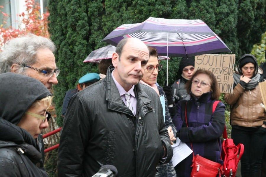Yves Dareau, sous-préfet de l'Isère en charge de la cohésion sociale, face aux salariés du 115 en grève et leurs soutiens en 2016 © Florent Mathieu – Place Gre'net