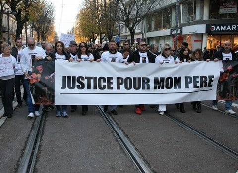 """Samedi 26 novembre, une centaine de personnes a participé à la marche blanche demandant """"la vraie justice"""" face à la mort violente de Jean-Pierre Ferrara."""