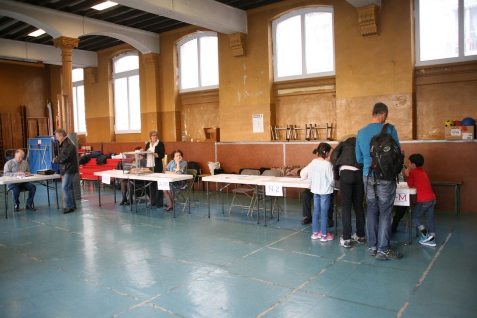 À Grenoble, rue Billerey, on venait aussi voter en famille. © Florent Mathieu - Place Gre'net
