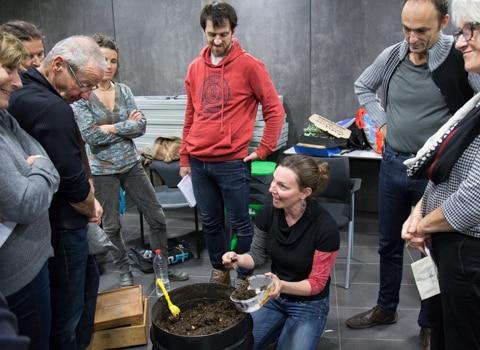 Atelier de découverte du lombricompostage lors de la semaine européenne de la réduction des déchets. © Yuliya Ruzhechka - Place Gre'net