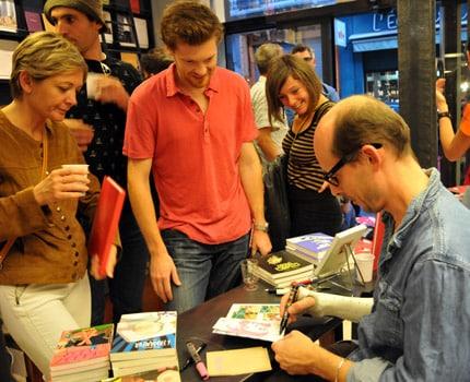 Le dessinateur grenoblois Morgan Navarro, auteur notamment de la bande dessinée Ma vie de Réac, lors d'une séance de dédicaces à la librairie Les modernes en octobre 2016. © Muriel Beaudoing - placegrenet.fr