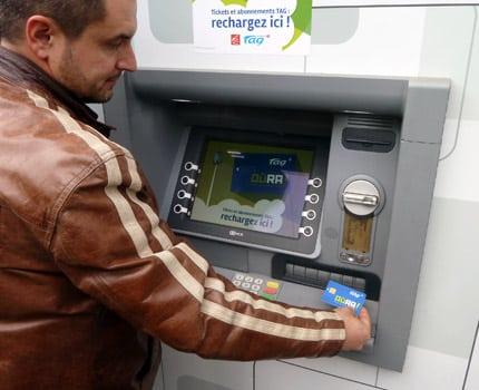Dix guichets automatiques de la Caisse d'épargne deviennent distributeur de titres de transport Tag dans sept villes de l'agglomération grenobloise. © Média Conseil Presse
