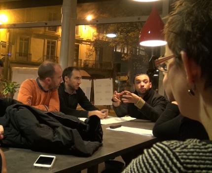 Yann Mongaburu fait valoir ses arguments à la table 1 aux Communs métropolitains. © Joël Kermabon - Place Gre'net
