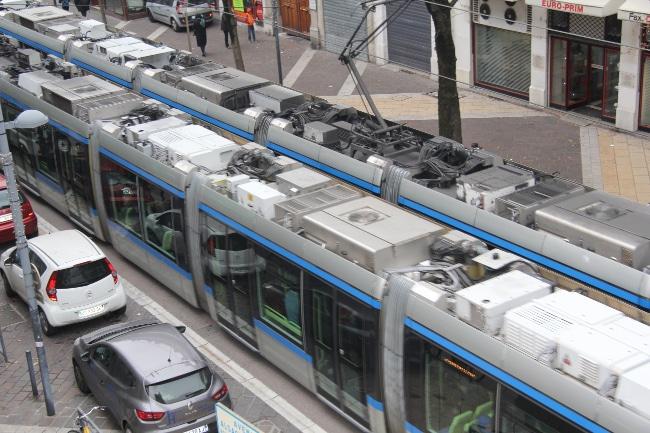Les capteurs sont fixés sur le toit des tramways de la ligne A. © Ville d'Échirolles - Service Communication