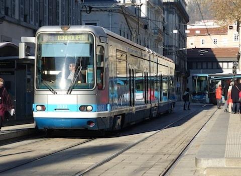 Depuis 7 jours, pour cause de pollution, Grenoble interdit aux véhicules les plus anciens de rouler. Mais, la qualité de l'air continue de se détériorer...