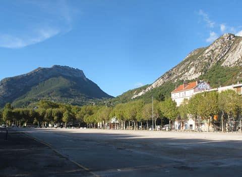 """Ce samedi se termine la phase active de co-construction du futur quartier de l'Esplanade. Une parodie de co-construction dénonce """"Vivre à Grenoble""""."""