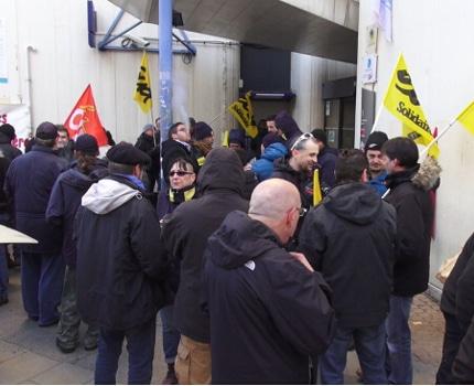 Une cinquantaine de postiers se sont rassemblés ce 8 décembre devant la direction de La Poste à Grenoble pour dénoncer la souffrance au travail des agents.