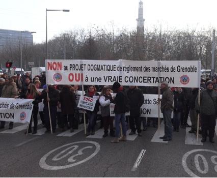 """350 commerçants sédentaires et non-sédentaires ont manifesté dans Grenoble ce lundi 5 décembre pour protester contre le """"dogmatisme"""" de la municipalité.© Joël Kermabon - Place Gre'net"""