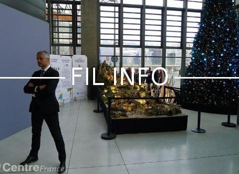 Pose martiale de Laurent Wauquiez devant le « message de joie » de sa crèche de Noël. © Centre France - tous droits réservés