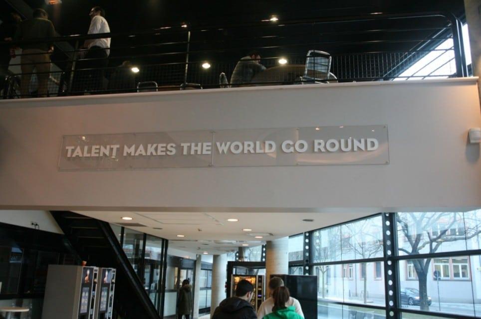 « Le talent fait tourner le monde », la devise en anglais de GEM, stratégiquement située dans le hall à proximité des machines à café. © Florent Mathieu - Place Gre'net