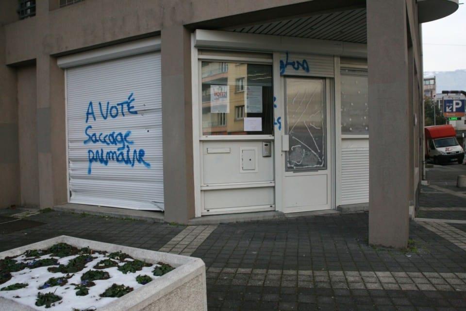 Une porte de verre enfoncée et un tag explicite... © Florent Mathieu - Place Gre'net