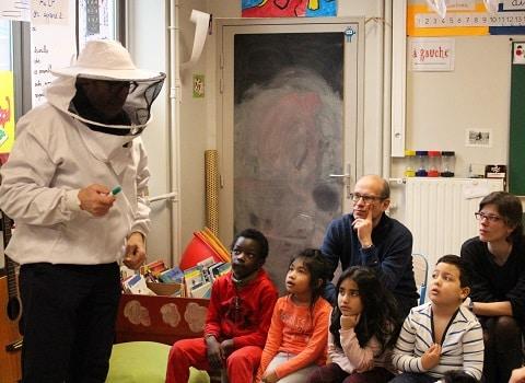Distribution de miel aux enfants de CP de l'école Anatole France. © Corentin Libert - Place Gre 'net