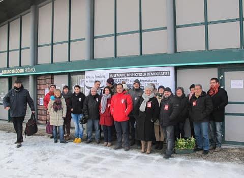 Opération réussie de militants grenoblois qui ont empêché le déménagement des livres de la bibliothèque Prémol, fermée à Grenoble pour raison budgétaire.