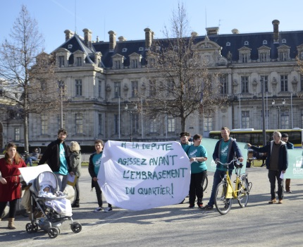 Pour témoigner des conditions de vie dans le quartier Léon-Jouhaux à Grenoble, des habitants ont interpellé la députée Geneviève Fioraso, le 16 février.