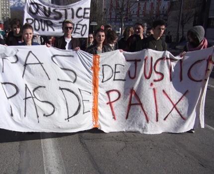 Près de cent personnes se sont rassemblées à la Villeneuve ce 18 février en soutien à Théo, victime de violences policières à Aulnay-sous-Bois.