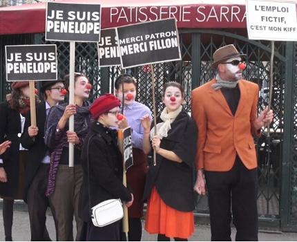 Plus d'une centaine de personnes se sont rassemblées, ce dimanche 26 février place Victor Hugo à Grenoble, pour dénoncer la corruption de certains élus.