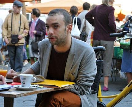 Yann Mongaburu président écologiste du SMTC en pleine explication sur la terrasse du Café de la table ronde à Grenoble © Paul Turenne - placegrenet.fr