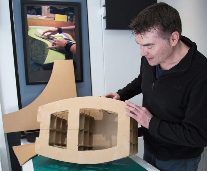 Jean-Jacques André, designer, dans son atelier de création de meubles en carton - Esprit carton. © Yuliya Ruzhechka - Place Gre'net