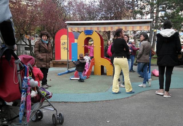 Dans la cour de la crèche Mutualité de Grenoble © Paul Turenne - Place Gre'net