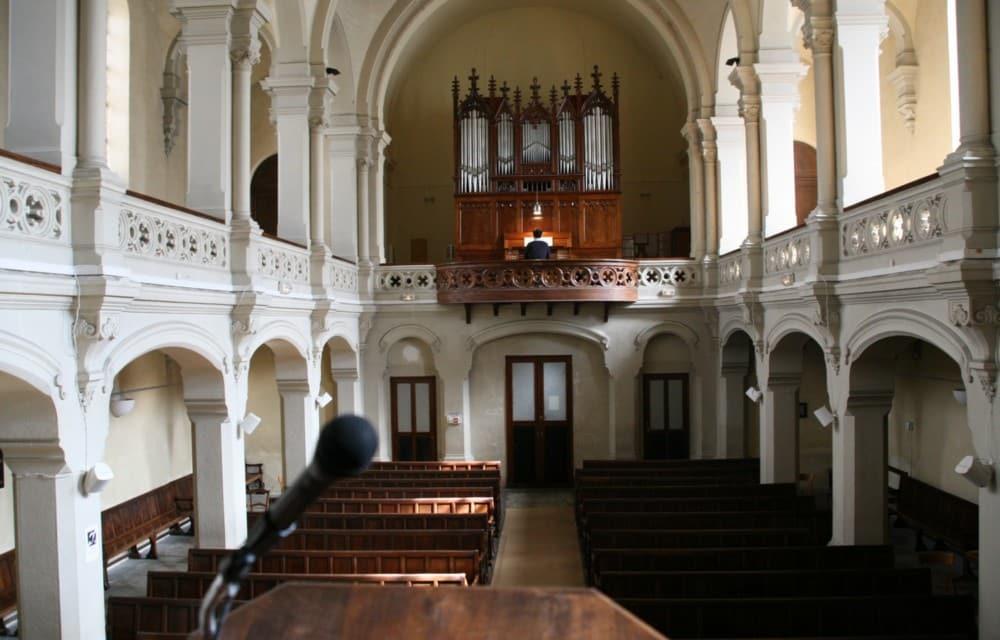 Le Temple protestant, vu depuis la chaire ou prêche le pasteur. Au loin, un étudiant du Conservatoire s'exerce à l'orgue © Florent Mathieu - Place Gre'net