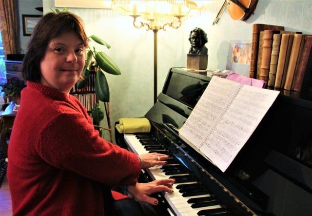 Pascale à son piano. Photo © Anaïs Mariotti