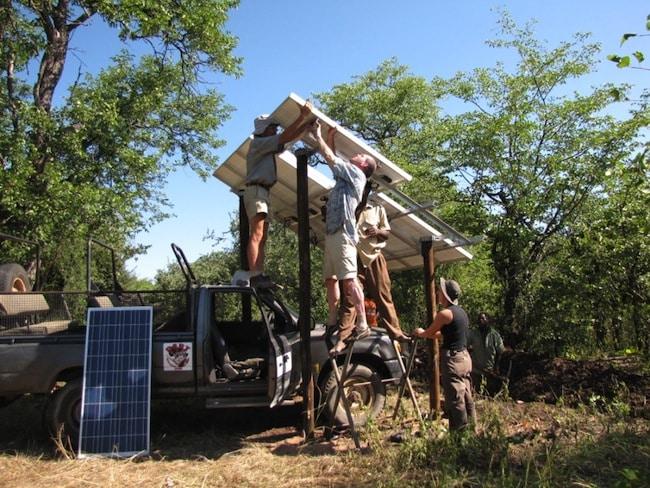 Installation de la première pompe solaire à la mare de Bumboosie-South en 2011 par l'équipe de l'association Le Pic Vert.