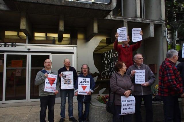 Des manifestants brandissant des pancartes pour dénoncer le racisme, hôtel de ville de Fontaine © Albéric Marzullo - Place Gre-Net