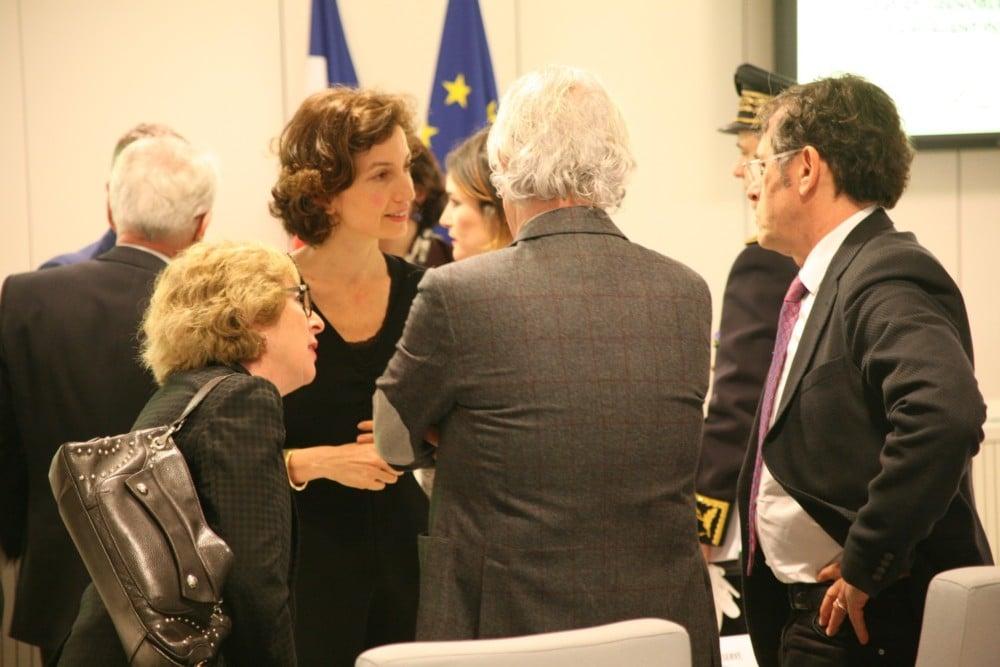 Discussions d'après-discours entre la ministre et ses amis politiques © Florent Mathieu - Place Gre'net