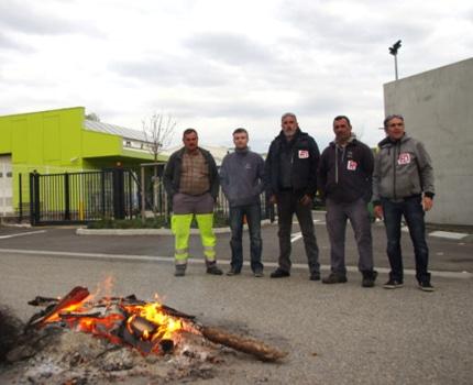 Des agents de collecte en grève et des syndicalistes de Force Ouvrière devant le centre technique de collecte de Grenoble-Alpes Métropole à Fontaine. © Albéric Marzullo - Place Gre'net