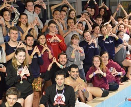 Les étudiants qui ont participé à la Gem swimming cup ont affiché leur soutien à la candidature de Paris pour l'organisation des Jeux olympiques et paralympiques 2024. © Laurent Genin