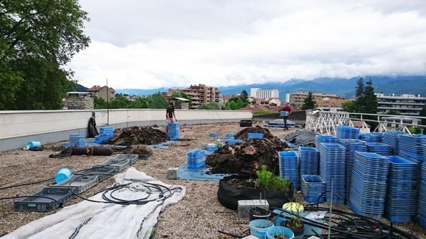 Travaux sur le toit de la Casemate pour accueillir les cultures potagères © Cultivons nos toits