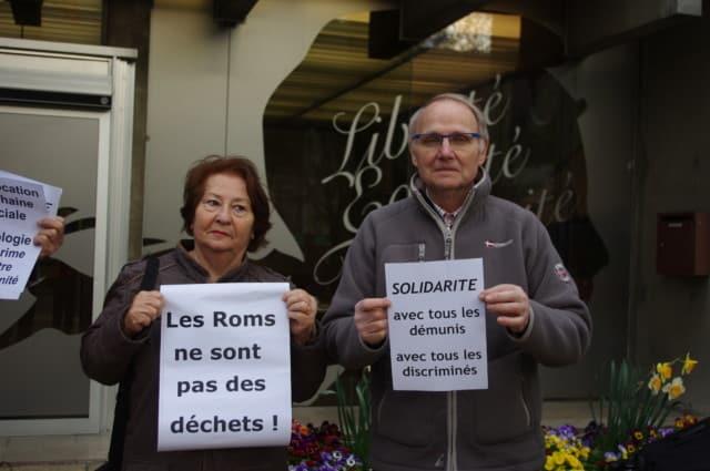 Des militants montrent leurs affiches en soutien aux Roms, contre les propos du conseiller municipal ex-FN Franck Sinisi © Albéric Marzullo - Place Gre'net