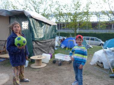 Les enfants vivant sur le camp ont été directement pris à partie et menacés par les motards, dans la nuit de samedi à dimanche. © Manuel Pavard, Place Gre'net